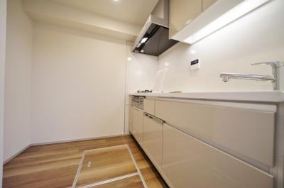 ゆとりのあるキッチンスペースには床下収納付き