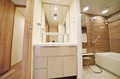 三面鏡付きで使いやすい独立洗面台