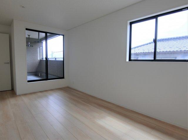 2階8帖の洋室です。全てのお部屋が2方向に窓がある明るく風通しが良い、過ごしやすいお部屋です。
