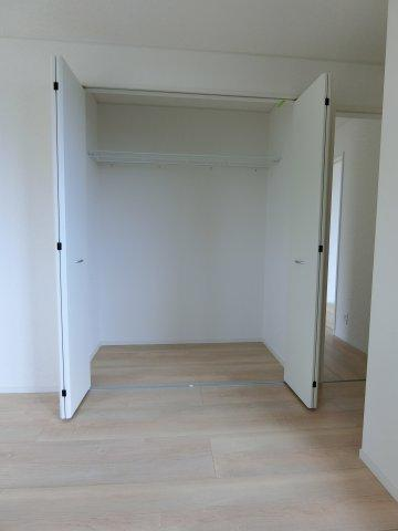 2階8帖の洋室のクローゼットです。全てのお部屋にクローゼットがありお部屋を広く使えます。