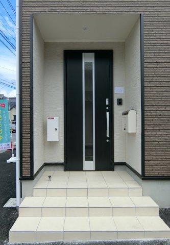 玄関アプローチです。ポスト、TVモニター付きインターホン、宅配ボックス、外水栓画設置されています。