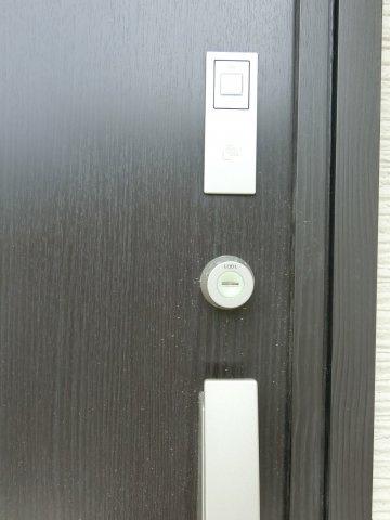 玄関ドアはICチップ内蔵のスマートコントロールキー採用。カードで鍵の開け閉めができます。