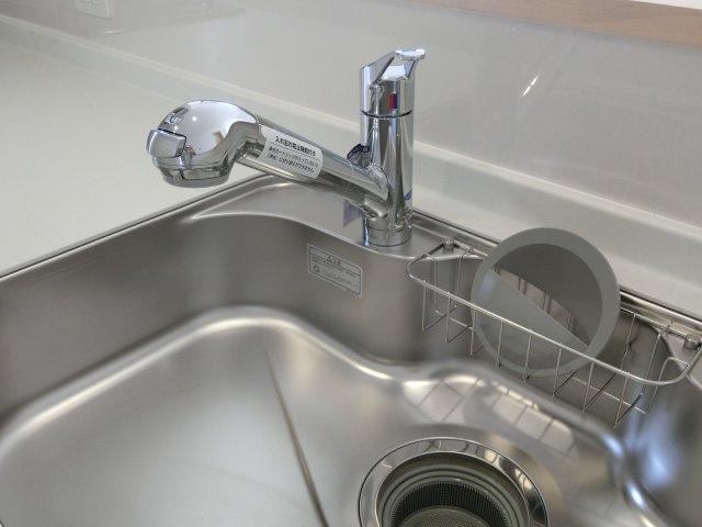 蛇口の先端に浄水器を内蔵している造り。場所を取りません。浄水器ごとホースを引き出すことができます。