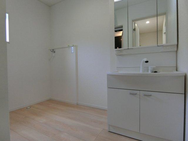通常よる広い洗面脱衣室です。シャンプードレッサーは3面鏡タイプで鏡裏に小物が収納できます。