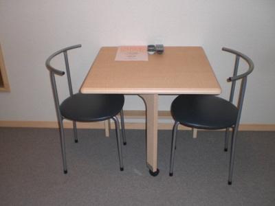 備え付けの机とイス!机は折りたたみ可能!