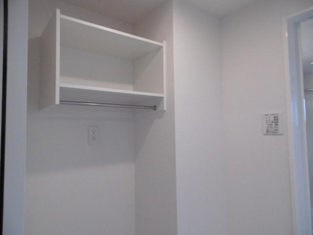 洗濯機置き場の上に棚