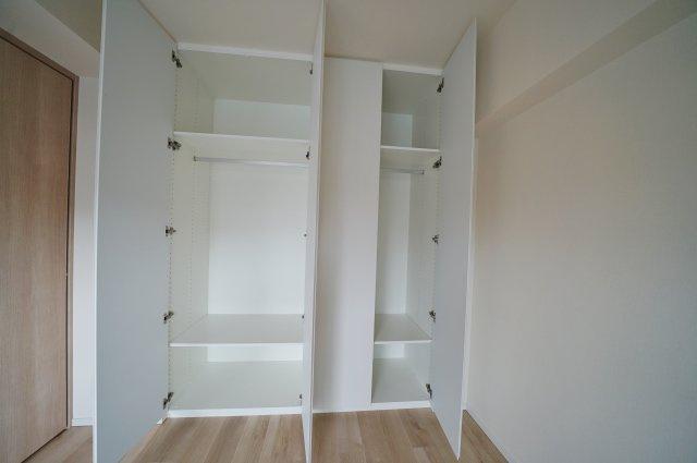 約5.1帖の洋室はバルコニーに面し、開放感がございます。