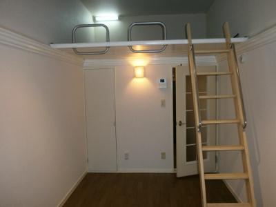 ロフトのあるお部屋です。