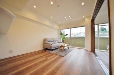 LDKは約12帖。隣の洋室を開放し、広々としたリビングにすることも可能です。
