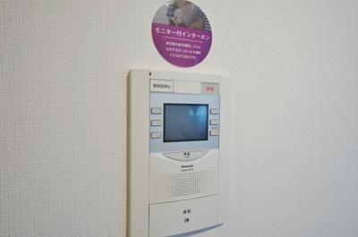 訪問者の顔を確認することができるTVモニター付きインターホンを設置。