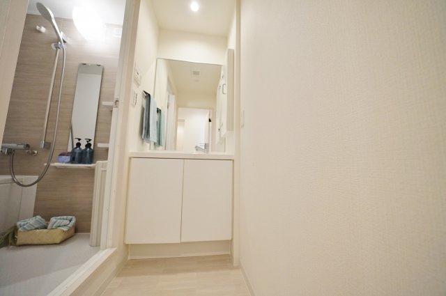 洗面所の様子です。明るく清潔感がございます。