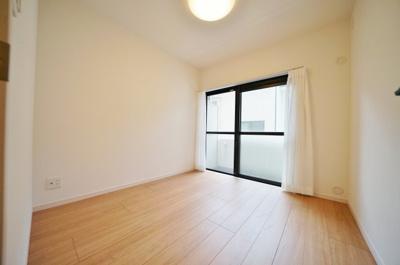 約4.2帖の洋室です。バルコニーに面し明るい日差しが入ります。