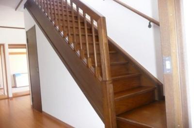 手すり付階段! くぐり抜けが防止でき、小さなお子様がいるご家庭でも安心です。