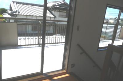 日当り◎、窓も広く明るい空間となっています。