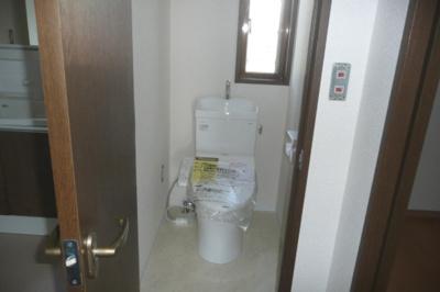 新品交換済のトイレです。 窓付きのため、外の新鮮な空気を取り込めます。