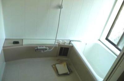毎日の疲れを癒してくれるバスルームです。 窓があるので換気にも助かります。