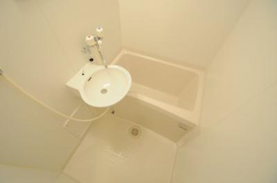 白を基調とした明るい浴室です。