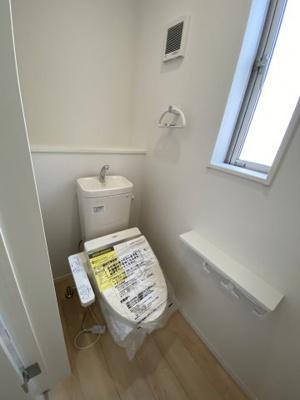 2Fトイレ 各階には温水シャワー付きのトイレを完備