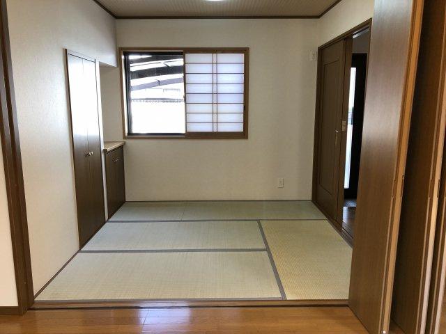 リビング横にある和室。来客者の宿泊部屋にも使えます。