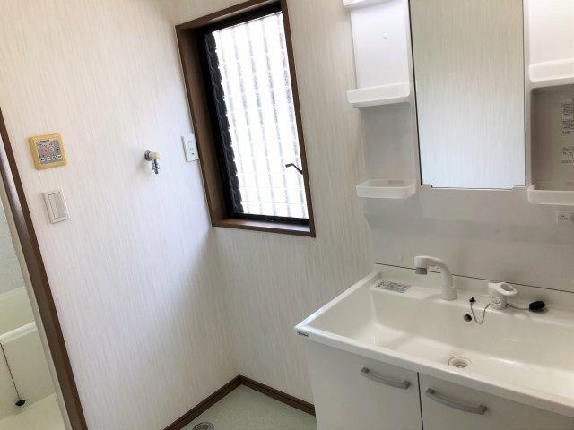 広々とした洗面所。