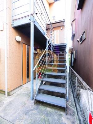 お部屋へのアクセスにご利用頂く共用の階段。