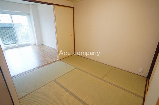 【和室4.5帖】廊下と隣の洋室の2WAYです♪