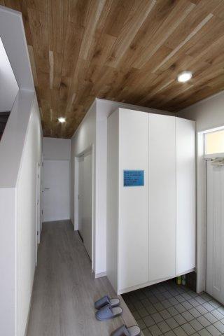 大型の玄関下駄箱収納を設けております。家族皆さまの履き物や雨具等を一挙に収納することができますね。玄関からリビング・居室が見えない造りで、来客時にも安心の間取りです。