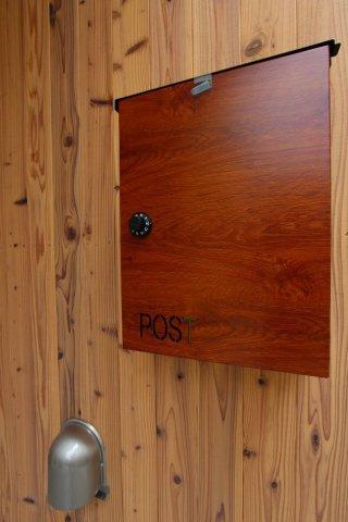 木目調がスタイリッシュでおしゃれなポストが装備されております♪ 大きめの郵便物のお届け時にも安心ですね。