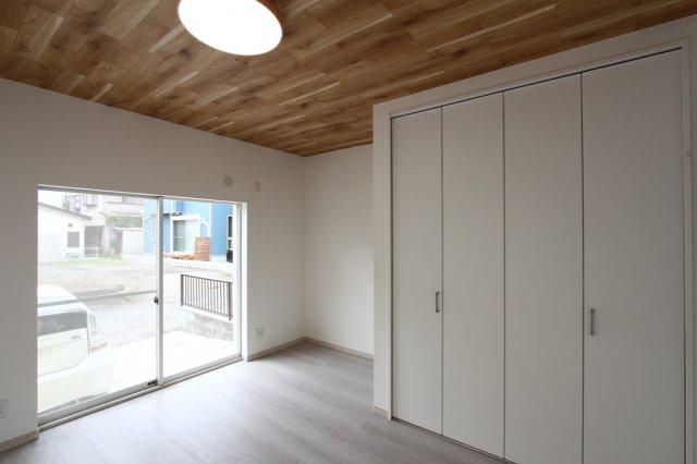 1階洋室7帖 大容量のクローゼット収納が嬉しいお部屋♪ こちらの物件は、消臭・防カビ・インフルエンザ等のウイルスに対する抗菌効果の高い「エアリアルコート」施工です!