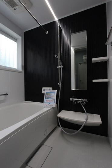 省エネ給湯器のエコキュートを新規設置し、光熱費にも優しい暮らしを送れます♪ 新規交換されたユニットバスで、中古住宅の使用感はありません◎