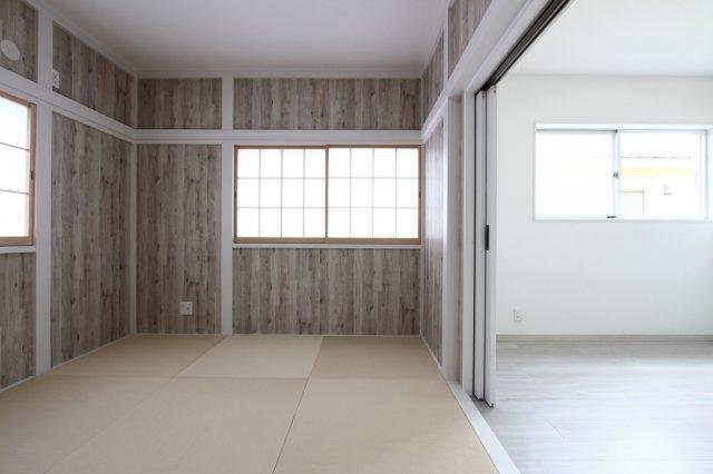 2階和室6帖 ふちのないタイプの畳を採用し、他の洋室とも雰囲気がマッチした素敵な空間 となっております♪
