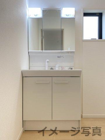 三面鏡タイプの洗面台。鏡裏の収納は細々した洗面用品の収納に最適♪朝の支度がスムーズに♪シンク下収納可。