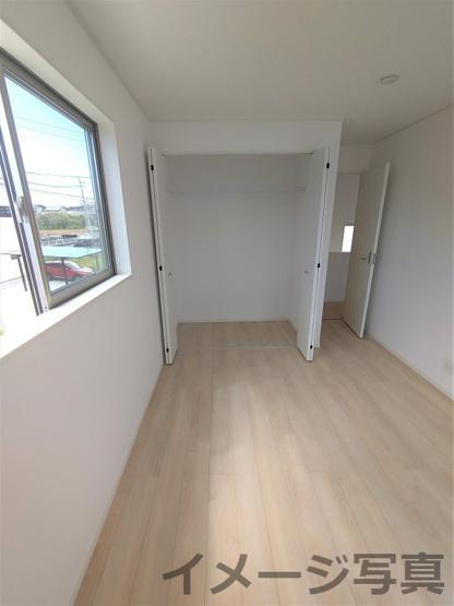 2F洋室。各居室収納完備で収納場所に困りません♪成長するにつれ増える荷物も収納があれば安心♪