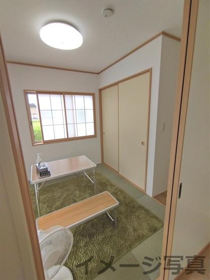 和室。洗濯物を畳んだり、お子様の遊ぶスペースにしたりにも大活躍。リビング隣和室設計で空間広々♪