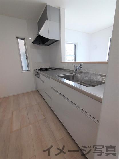 システムキッチン。お子様と一緒にお料理ができる広さです♪窓もあり明るい空間です。床下収納もあります。