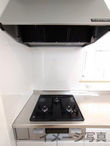 コンロが3口あるので複数調理でき効率的。ガス火なので火力の調節がしやすくお料理好きな方にオススメ♪