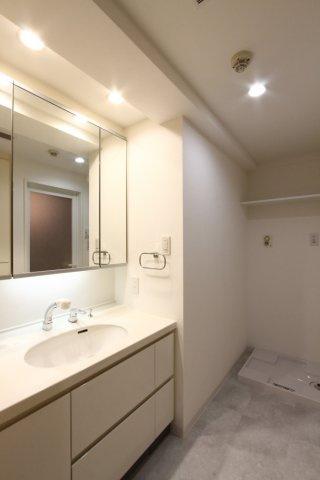 ワイドな鏡が嬉しい、清潔感のある洗面台でございます。毎日使う大切な水廻りスペース、ぜひ現地にてしっかりとご確認下さいね。