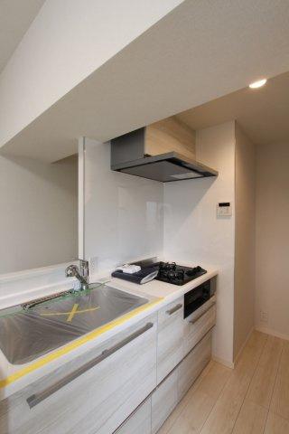 間取り図では壁に沿ったキッチンになっていますが、実際はリフォームにより対面キッチンのような造りになっております。