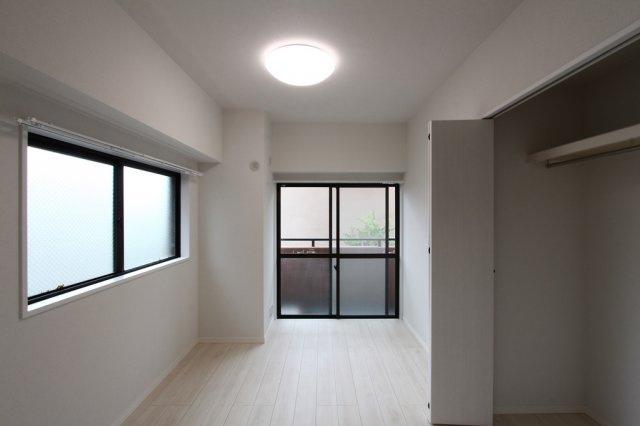 2面採光で明るい室内♪ 閑静な住宅街で静かに暮らせ、新耐震基準マンションで来たる地震に対しても安心感があります。
