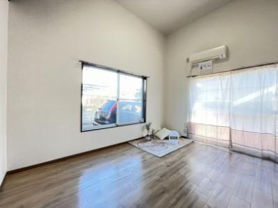 テラスに繋がる南東向き角部屋二面採光洋室6帖のお部屋です!エアコン付きで1年中快適に過ごせますね☆収納スペースも完備しています☆