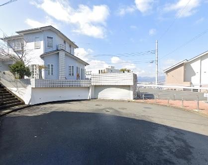 角地、高台に位置する開放的な立地。 小田急小田原線「秦野」駅徒歩15分。