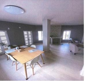角地の為、室内は明るく開放感の漂う空間に。 さらに、装飾暖炉がワンランク上の空間を演出してくれます。
