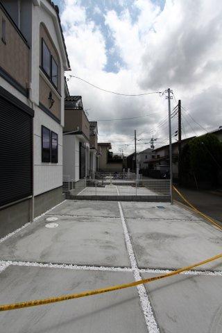 駐車しやすい並列2台カースペース付き。玄関からの距離も近く、お子様やお年寄りにも安心です。前面道路 幅員4mあるので駐車の出し入れも楽々。駐車が苦手な方にも楽に駐車できます。