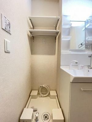 ※参考写真※洗面所内、シャンプードレッサー横にある室内洗濯機置き場です♪室内に置けるので洗濯機が傷みにくい☆