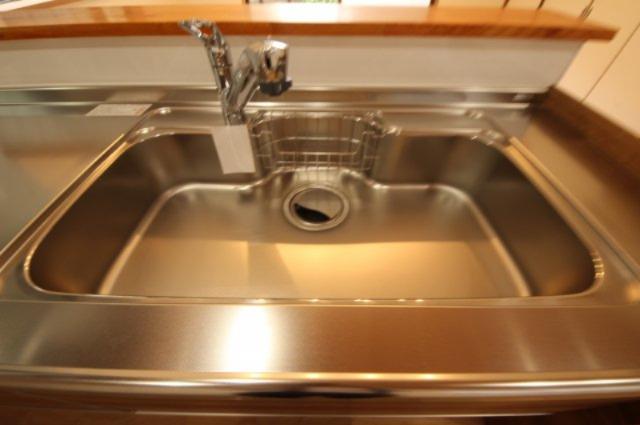 広めのキッチンシンクは、調理、洗い物などするのに助かります。カートリッジ交換タイプの浄水器も付いています。