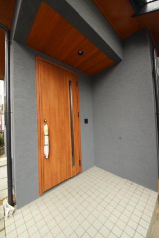 木目調の玄関ドアは、お家の雰囲気をぐっと引き締めます。