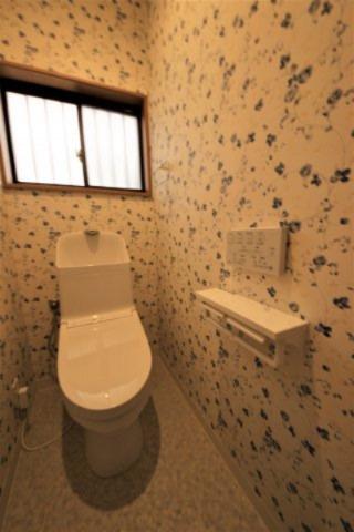 アクセントクロスで華やかに仕上がったトイレは、ほっと一息つける空間です。