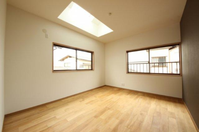 2Fの6.5帖の主寝室は、2面採光+天井から光が差し込む明るい空間です。