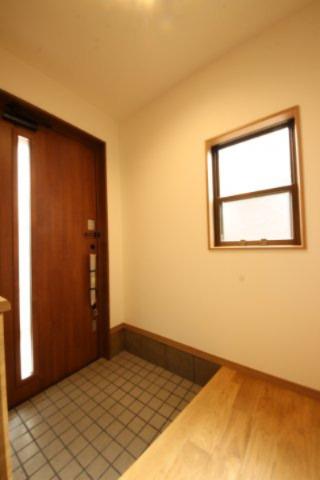 玄関周りもすっきりとしたデザイン。