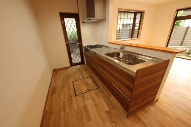 キッチンは家事スペースもたっぷりあります。勝手口も便利です。
